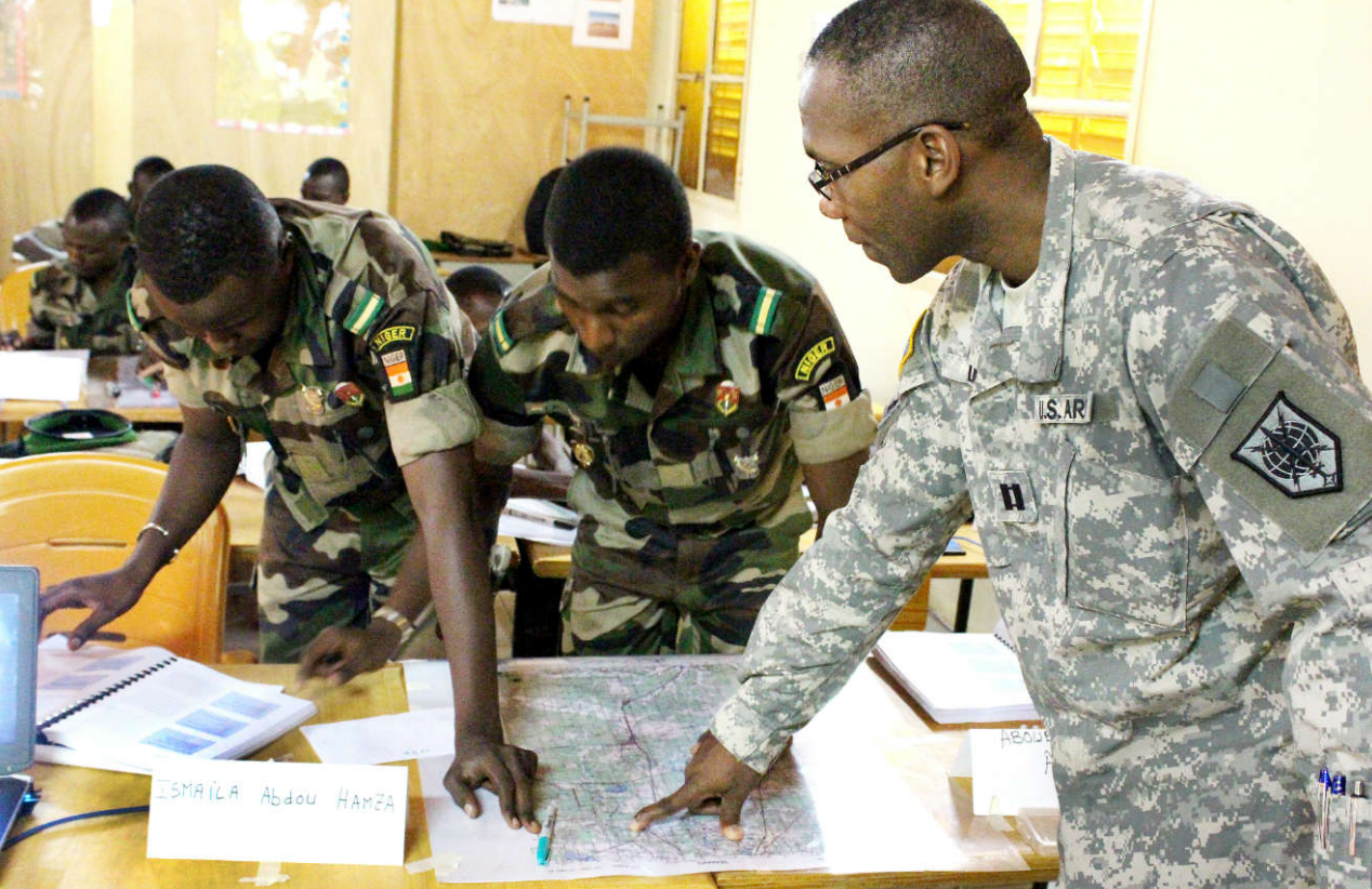 U.S. Army Captain advises Nigerien Army. (Oct 2015, Photo U.S. Army)