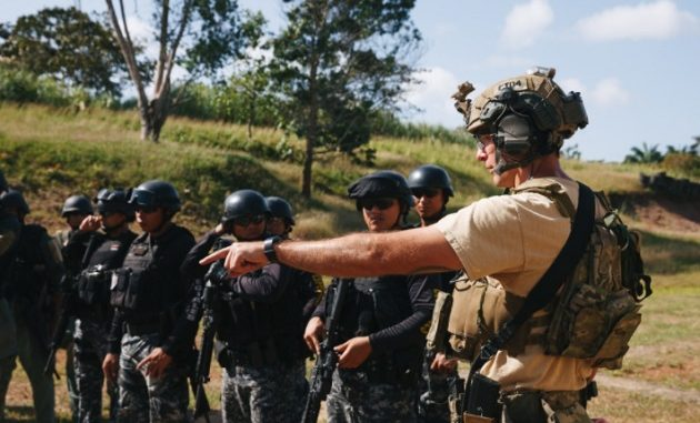 SF trainer in Panama explains ranger procedures to Panamanian counterterrorism security forces in Panama. (photo by SSG Osvaldo Equite SOCSouth, Jan 20, 2018).