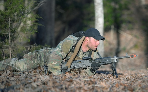SFQC Candidate low crawls with M240B machine gun during in Robin Sage. Photo by Ken Kassens, SWCS, Dec 12, 2018.